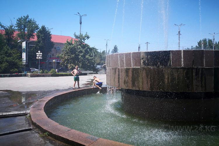 Фото ИА «24.kg». Деткам проще. Они могут смело купать в фонтане