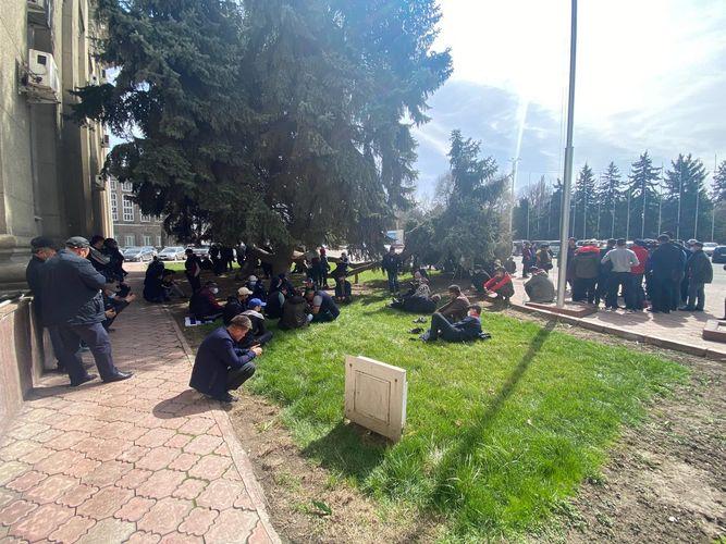 Фото читателя. Митингующие расположились на газоне
