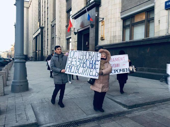 Фото читателя 24.kg. Возле здания Госдумы в Москве прошел митинг кыргызстанских мигрантов