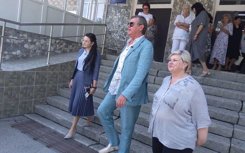 Фото пресс-службы мэрии Бишкека. Известный российский шансонье Александр Новиков посетил родную школу в Бишкеке