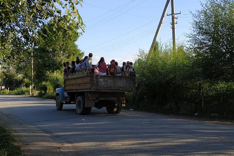 Фото 24.kg. Подростки едут на поле сажать капусту