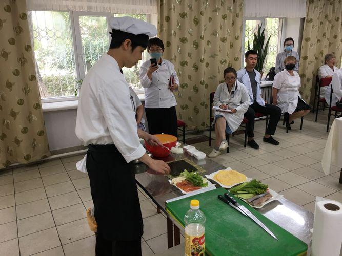 Фото из архива Атсуто Учияма . Мастер-класс по приготовлению суши-роллов для преподавателей лицея