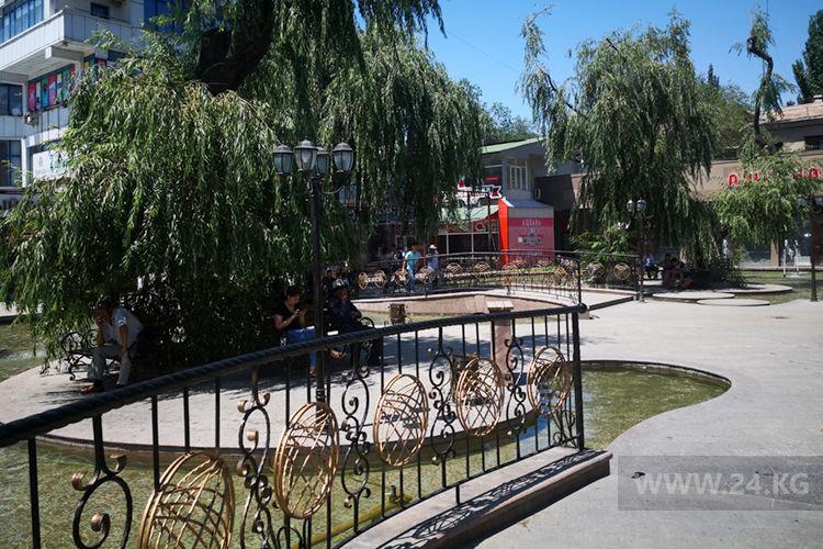 Фото ИА «24.kg». Бишкекчане спасаются от жары в тени ив