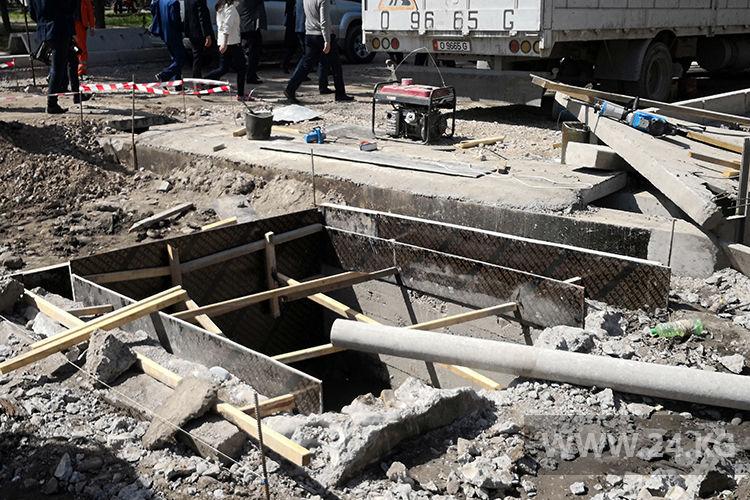 Фото ИА «24.kg» . При ремонте дорог идет замена коммуникаций