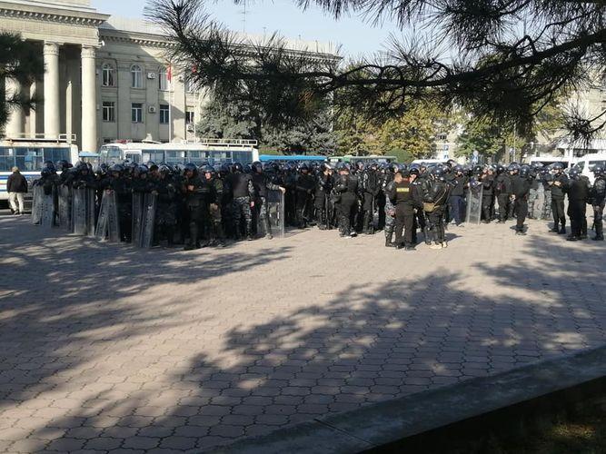 Фото из соцсетей. К Дому правительства стянуты дополнительные силы милиции