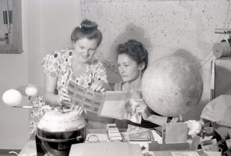 Фото И.Франк/со страницы Бишкекского планетария в Facebook. Лекторы Фрунзенского планетария Гребенщикова Н. и Корн Н. готовят слайды для новых лекций, 1981 год