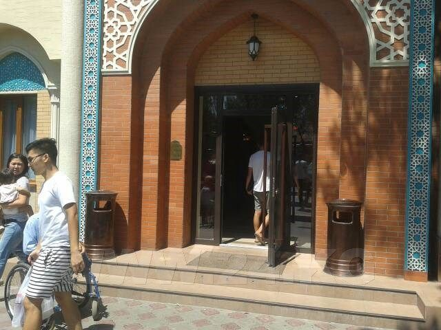 Фото ИА «24.kg». Вход в кафе «Фаиза». Его владельцы не могут установить пандус