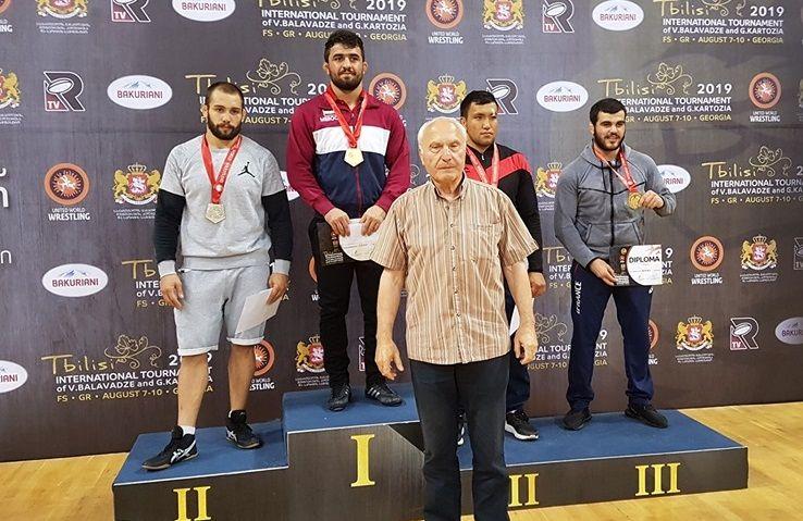 Фото Федерации борьбы Грузии. Атабек Азизбеков (второй справа) — бронзовый призер Гран-при