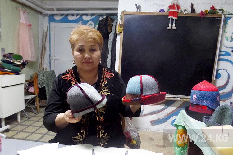Фото ИА «24.kg». Бурма Бекишева. Такие колпаки пользуются спросом у молодежи