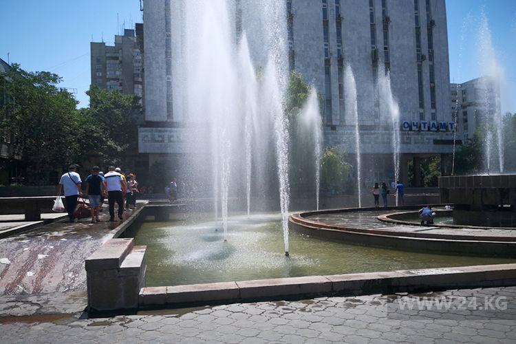 Фото ИА «24.kg». Люди специально идут вдоль фонтанов, чтобы почувствовать прохладу