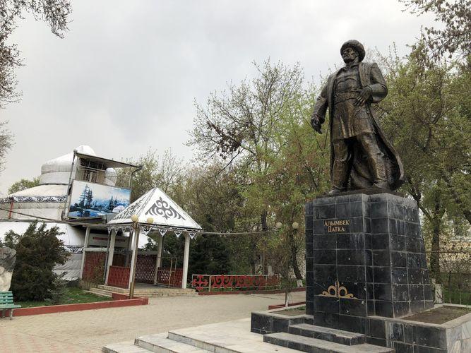 Фото из интернета. Памятник Алымбеку датке в Оше