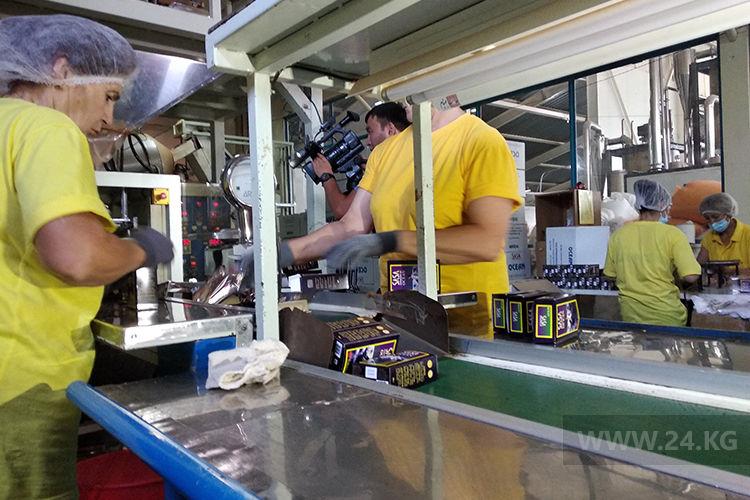 Фото 24.kg. Предприятие SASA выпускает не только одноразовую посуду, но и фасует чай