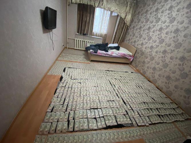 Фото ГКНБ. Фальшивые доллары