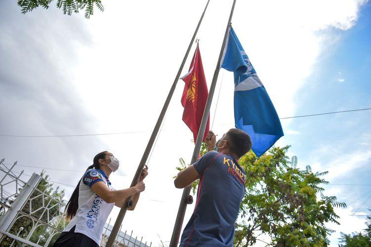 Фото пресс-службы мэрии. В Бишкеке подняли флаг Кыргызстана в честь годовщины Московской Олимпиады