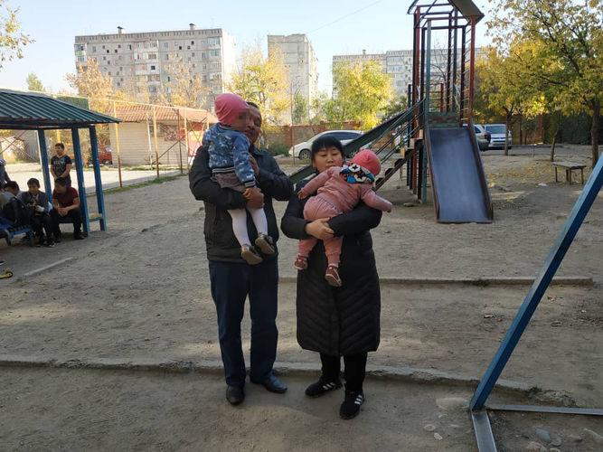 Фото 24.kg. Айнагуль Шарапиева и Нурланбек Мамиев с приемными детьми