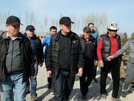 President Sooronbai Jeenbekov participates in volunteer clean-up