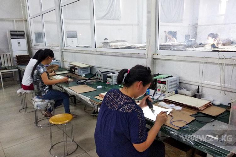 Фото 24.kg. В сборочном цехе ОсОО «Сталкер» работают только женщины. Они более усидчивые