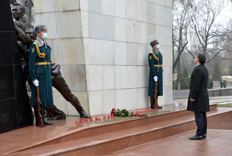 Фото пресс-службы президента КР. Президент почтил память погибших