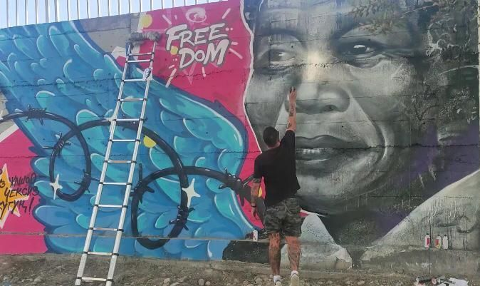 Фото пресс-службы мэрии. Портрет Нельсона Манделы появился на стене в Бишкеке