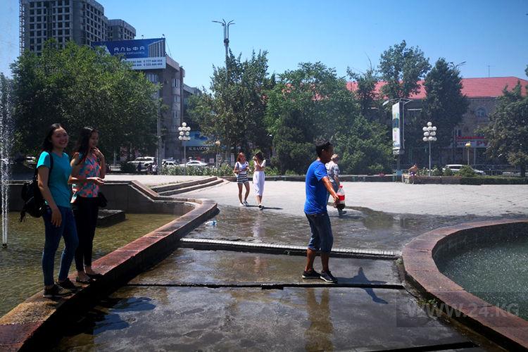 Фото ИА «24.kg». Молодежь становится между двумя фонтанами, чтобы освежиться