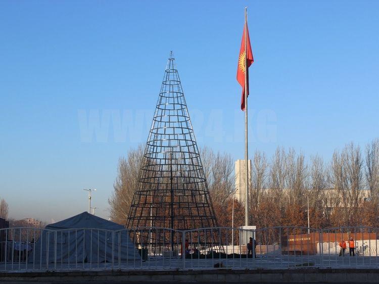 Фото ИА «24.kg». Установка новогодней ели, Бишкек, 2017 год