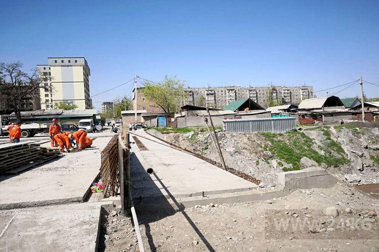 Фото ИА «24.kg». Постройки за мостом идут под снос
