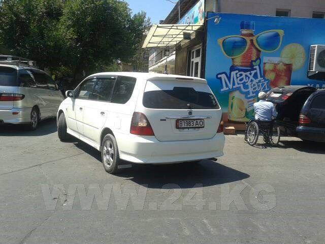 Фото ИА «24.kg». Водитель этой машины чуть было не задавил человека в коляске