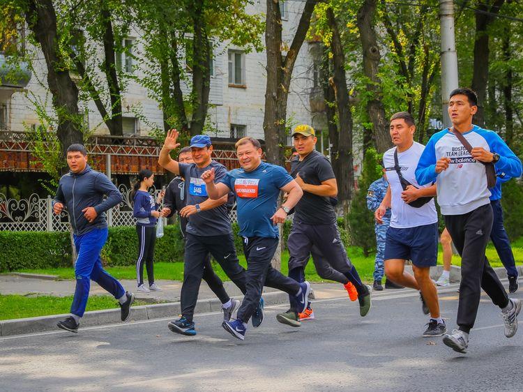 Фото пресс-службы Жогорку Кенеша. Дастанбек Джумабеков решил поддержать акцию