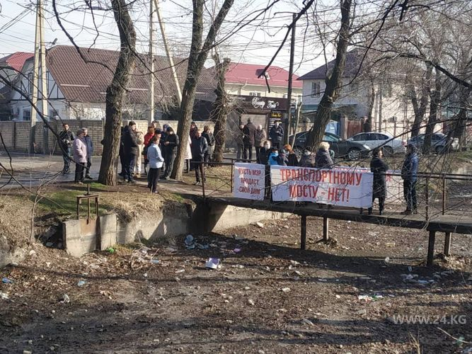 Фото 24.kg. Жители против строительства моста и превращения своей улицы в магистраль
