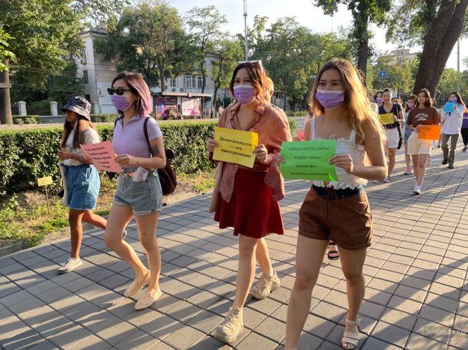 Фото 24.kg. В Бишкеке прошел марш в шортах