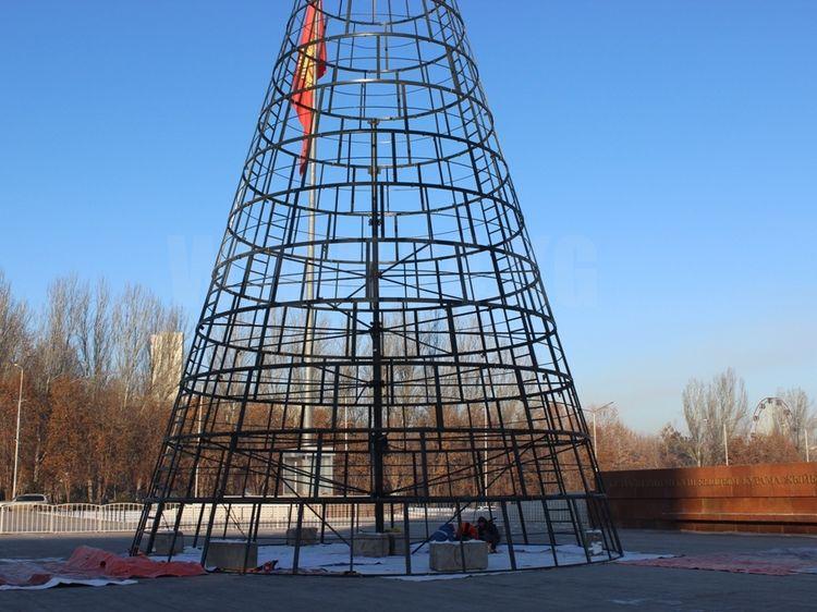 Фото ИА «24.kg». Каркас новогодней елки, Бишкек, 2017 год