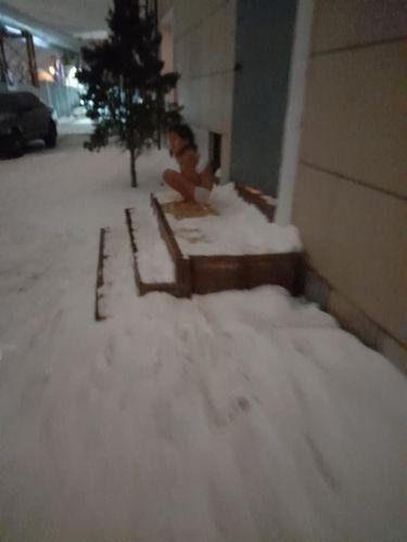 Фото Facebook. В городе Нур-Султане мать выгнала восьмилетнюю дочь на мороз без одежды