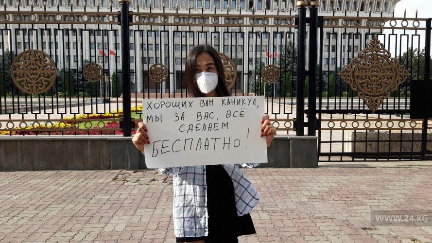 Фото Айгуль Курбанбаевой. Девушка, которая помогает спасать жизни людей, вышла на митинг