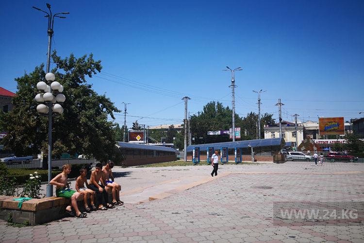 Фото ИА «24.kg». Мальчишки греются под солнцем после купания в фонтане