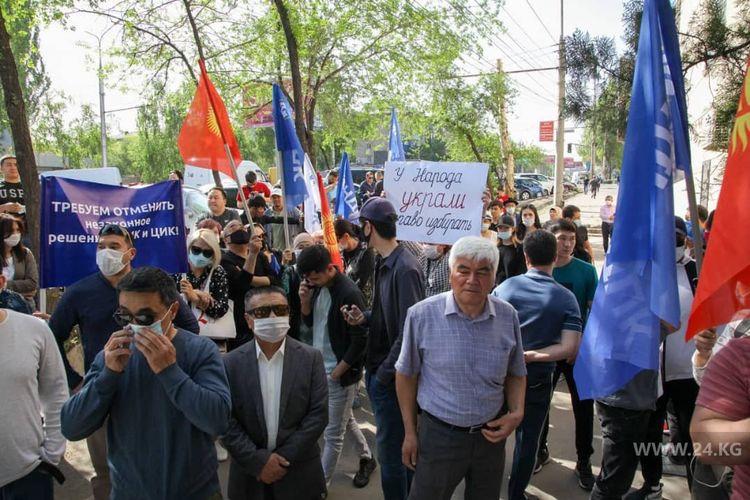 Фото 24.kg. Сторонники НДПК митингуют у здания административного суда Бишкека