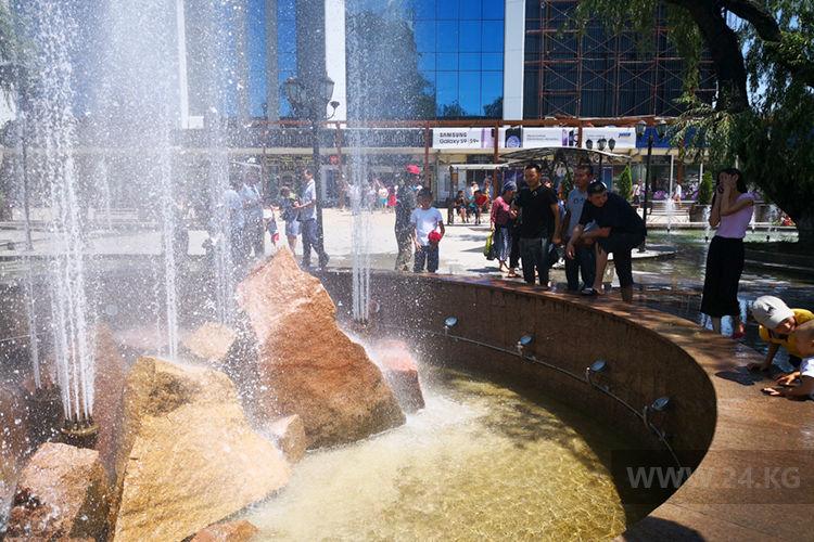 Фото ИА «24.kg». Возле фонтанов у ЦУМа много народу