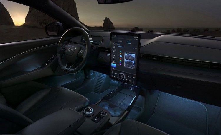 "Foto ""Al volante"". Panel frontal SUV eléctrico Ford Mustang Mach-E"