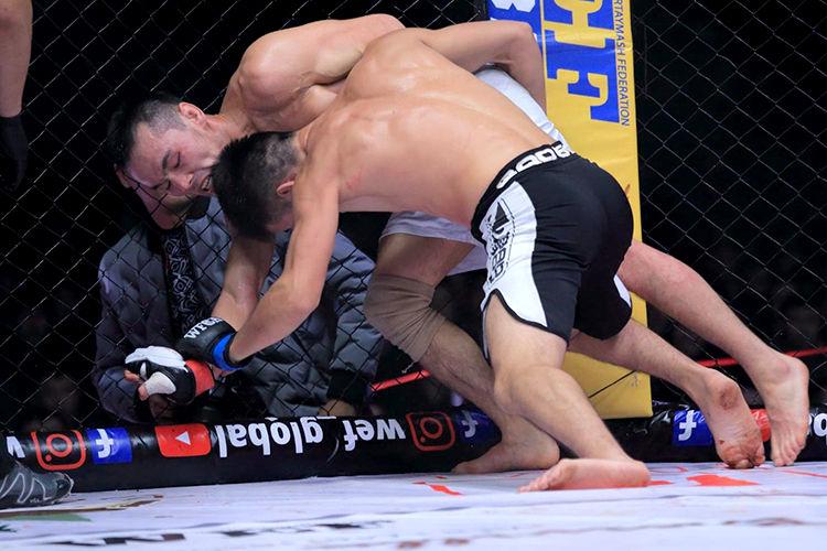 Фото WEF. Мырзамидин Пазылов (справа) в бою за титул чемпиона мира. Март 2018 года