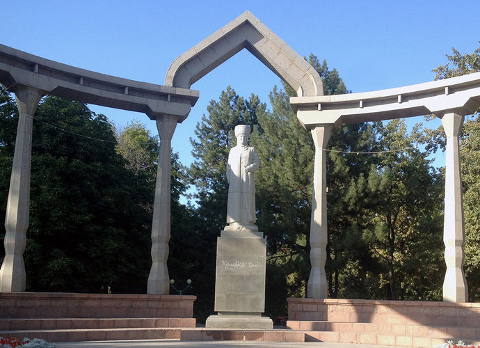 Фото из интернета. Памятник Курманджан датке в Бишкеке