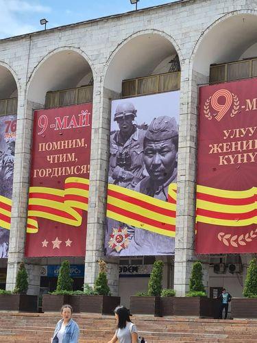 Фото из интернета. Оформление ко Дню Победы площади Ала-Тоо в Бишкеке